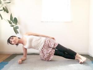 先ほどの、肘をついたマカラーサナのポーズから、足首を90度に。肘で床を押して体を持ち上げます。体幹をしっかり使ってキープしましょう。3呼吸ほど繰り返します。