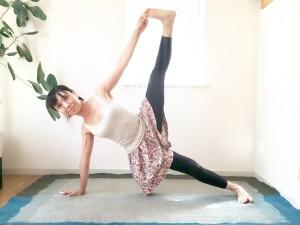 右肩の真下に右の手のひらをつき、左足の親指を左手でつかんだら空の方へ引き上げます。このまま3〜5呼吸キープします。