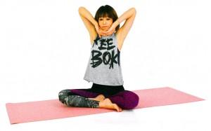 そのまま息を吸いながら、両肘を上に押し上げ、脇腹や脇の下を伸ばします。