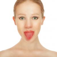 ボイトレで若返る!?小顔に導く「舌を鍛える顔ヨガ」