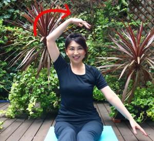頭をまっすぐにし右手で左の耳横に手が通るように前から後ろにまわします。