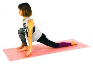 右かかとで床を押しながら、上体をゆっくり正面に向け、左そけいぶ、太もも前側、お腹の深層筋をストレッチング。