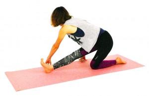 そのまま両指先を右足外側床に付け、吐く息とともに上体を右側にゆっくりねじります。この時、徐々に肘も曲げて上体を床方向に近づけるようにすると、さらに右太もも外側のストレッチが深まります