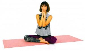 息を吐きながら、両肘を胸の前に引き寄せます。この時も肩を下げる意識で動作してください。