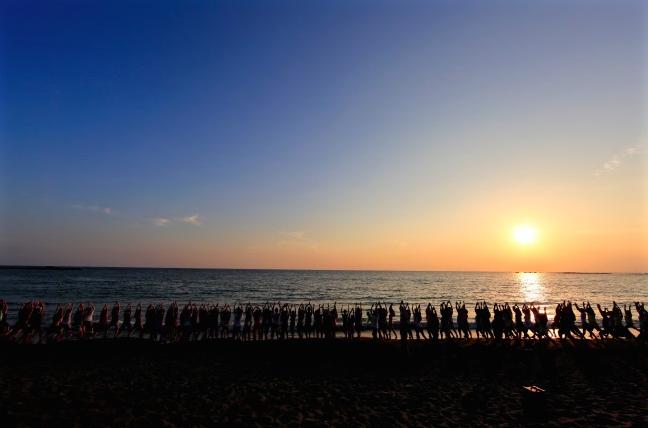 波の音をBGMにヨガを行うビーチヨガの祭典「beyge SHONAN BEACH YOGA WEEK 2017 in HAYAMA」