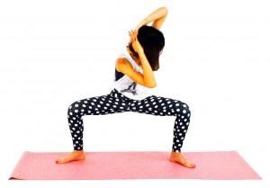 ゆっくり息を吐きながら(5カウント目安)右肘を左膝方向に向け、上体をねじります。