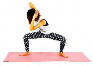 ゆっくり息を吸いながら(5カウント目安)上体を正面に戻し、反対側も同様に動作しましょう。左右8回づつを目安に繰り返しましょう。