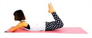 そのまま膝を床から離し、上体を起こします。目線は斜め前に向けて首の後ろを伸ばしましょう。ゆっくり元の位置に戻し、8回を目安にゆっくり動作してください。