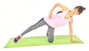 両膝を床に立て、左手のひらを床につけます。右足を横に伸ばし、右手は腰に添えます。