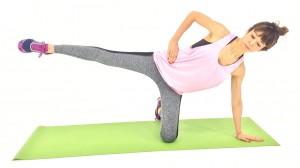 右足を腰の高さに引き上げます。この時、お尻が後ろに落ちないように、左足の付け根を伸ばしましょう。