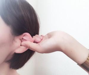 耳介に親指を入れ、人差し指を挟み込みほぐしてマッサージしていきます。