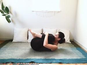 先ほど伸ばした身体を、次は丸めていきます(チャイルドポーズ)。膝を曲げ、腕で抱えて身体に引き寄せましょう。その膝頭に鼻先を近づけていきます。そのまま5呼吸ほどステイします