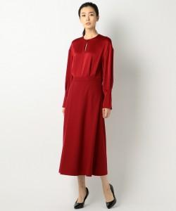 レッドのロングワンピースは、これこそ30代・40代に着て欲しいアイテム。若い女性では浮ついてしまうであろうアイテムが似合うのは大人の女性ならではです
