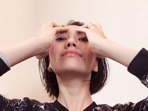 シャッターをおろすように両手の4本指でシワを伸ばし、眉上(皺眉筋の上)でキープ