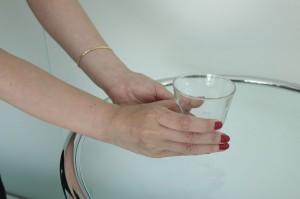美しい仕草とは、コップの下側をを(1)の持ち方で持ち、小指から音が立たてないように置く。もちろん、片手を添え両手で丁寧に