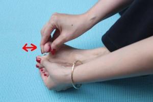 足指をほぐします。足指を一本ずつ開き、前後に揺らします。10回程度行います