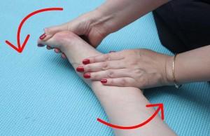 足をねじります。かかと・つま先に手を添えてねじり、10秒キープ。これを3回行います。足裏・甲の筋肉をほぐし血行を促進させます。