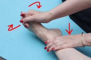足指握手をし、足首を回します。足指の付け根に手指を入れるようにします。片手で足首に手を添えて、足首をうち回し外回し10回行います
