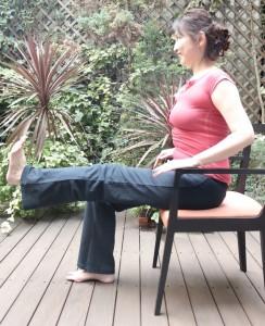 片脚を伸ばして一直線に。この時、もう片方の膝よりも少し上か同じ位置に来るようにし、10秒キープ3回行います。