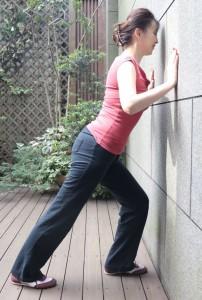 前の脚を曲げ、後ろ足はかかとをつけ、背中からかかとまで一直線に。