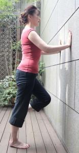 片足立ちで壁に手をつきます。
