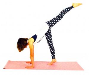 吐く息とともに右膝を伸ばし、左足は後ろへ伸ばします。8回を目安に動作を繰り返します。反対側も同様に動作しましょう