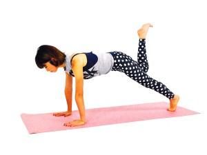 そのまま膝を曲げかかとをお尻に近づけ、ハムストリングスを収縮させます。そのまま3呼吸。右足を床に戻し反対側も同様に。左右5回づつを目安に動作を繰り返しましょう