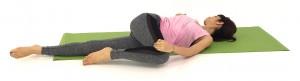 身体を床に戻し、右膝を左方向に倒し、目線は右肩に向け、ゆっくり呼吸を繰り返しましょう。この時、肩が浮きすぎないように注意しましょう。反対側も同様に動作を繰り返します