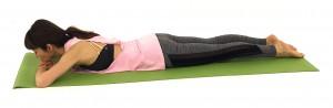 床にうつぶせ姿勢になります。両腕を重ね、胸を柔らかく、お腹も深く床に沈め、ゆっくり呼吸を繰り返しましょう
