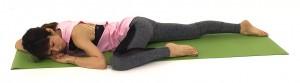 そのまま左肘と左膝を近づけ、気持ちよくお腹やそけいぶなどが伸びる位置でゆっくり呼吸を繰り返しましょう。曲げた膝側のお尻が浮きすぎる場合は、膝の高さを低くして調整してください。1〜2分ほどポーズをキープしたら、反対側も同様に動作しましょう