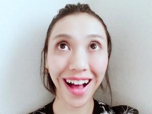 上の前歯が綺麗にみえるように口角をこめかみに向かって引き上げ、頬を筋肉でグッと持ち上げます。目をしっかりと開き、 目線はやや上に。鼻呼吸をしながら10秒ほどキープしましょう