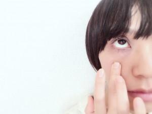 黒目のしたの骨から1センチほど下、若干指先がはまるようなくぼみがあります。そこに人差し指(中指や薬指でもOK)をあて、気持ち少し下方に引っ張ります。