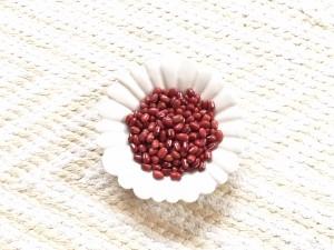 水分を含んだ小豆を温めることにより、蒸しタオルのような温熱効果があります。何度でも使えて経済的です。
