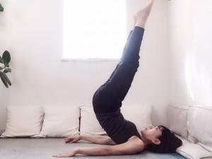 足先を天井に近づけるように、腹筋を使ってお尻を持ち上げてから(1)まで戻します。持ち上げてキープする必要はありません