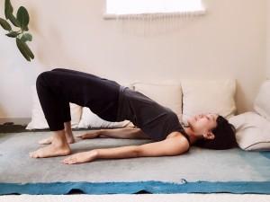 仰向けに寝て、手は身体の横へ。手のひらは床に向けます。膝を立てて足の裏を床へ。膝と膝の幅は、拳ひとつ分ほどです