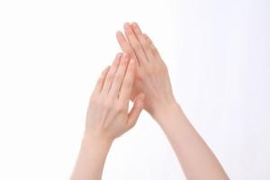 性ホルモンのうち、綺麗な手を維持するために必要なのはエストロゲンであり、皮膚にも受容器が存在します。つまり、皮膚の弾力性や皮膚の厚みと強く関係します