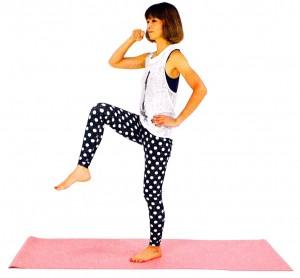 歯磨きをしながら、片手は腰に添え、膝を腰の高さ、もしくは、それよりも高くあげます。音をたてないように足を床に戻します