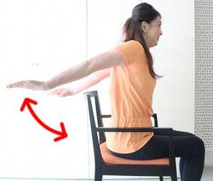 手のひらを後ろに向け、腕を伸ばします。これをリズミカルに30回上げ下げします