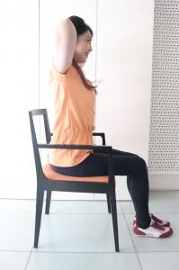 骨盤を立てて脚をそろえて椅子に深く座ります