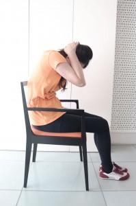 肘をおへそに近づけるように背中を丸めます