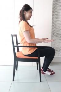 骨盤を立てて椅子に腰かけます。両ひざをそろえて足をアップ。10秒キープを10回繰り返します
