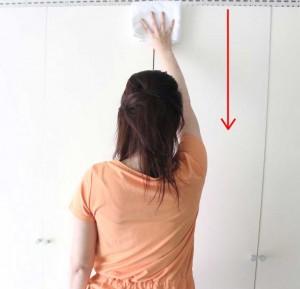 手と手の間も上から下に動かし、きれいになるまで往復してください