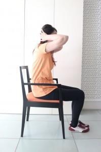 この時、腕は身体の横のラインに来るポジションで行ってください。上画像はNGポーズです