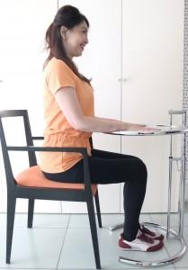 肘を伸ばし、腕を90度にして手をデスクに置きます