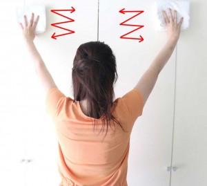 両手を上にあげて左右に動かし下がってきます