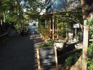 鴨川沿いには古くからの「和」と現代の「モダン」を融合させたおしゃれなギャラリーカフェなどが立ち並びます