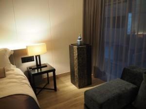 天井には大きな加湿器、ゆったりとした広さのバスルーム、特別設計のハリウッドスタイルのベッドを完備。アメニティーには、フランスの自然派スキンケアブランドの「オムニサンス・パリ」のアイテムが採用されています。「和」と「洋」の調和した心地よい空間