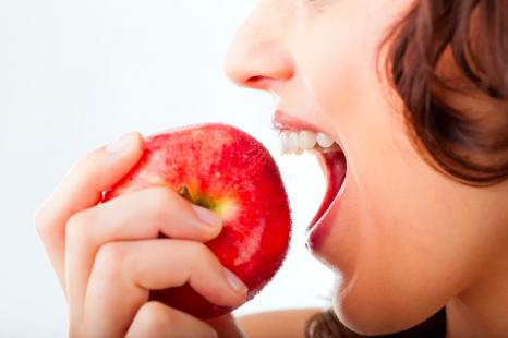 """""""皮ごと""""食べて疲れ知らず!?抗酸化に◎なりんごの食べ方"""