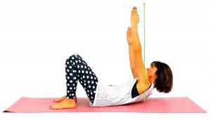 息を吐きながら、左指先を天井方向に押し上げ、左肩甲骨を床から離す。この時、肩甲骨が指先を押し上げるようにし、頭から起き上がらないように注意