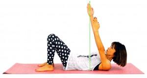 息を吐きながら上体を戻し、息を吐きながら右指先を天井方向に押し上げ、右肩胛骨を床から離す